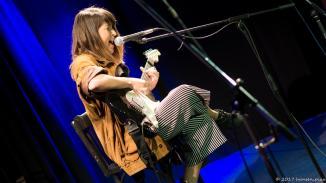 Elena Rud ist inzwischen bekannt für ihre Stimme und ihren ungezügelten Appetit auf Mikrofone.