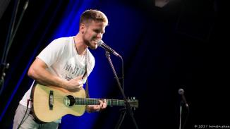 Fingerstylist: Paul Clayton ist Straßenmusiker aus Augsburg. Er rockt das Theater und das schon zum zweiten Mal.