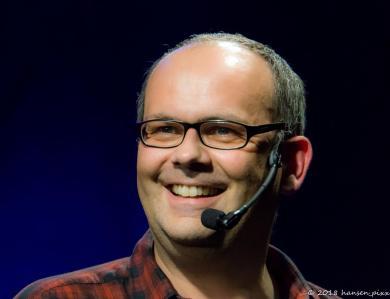 Gastgeber Alex Sebastian freut sich jedesmal aufs neue wenn er Co-Host Michi Bohlmann auf die Bühne kommen sieht.