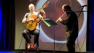 Hochqualifiziert und barfuß sind Eilert und Jakubik unterwegs. Klassische Gitarrenhaltung, klassische Ausbildung und anspruchsvolle Arrangements bildeten den Abschluss der Kandidatenrunde.