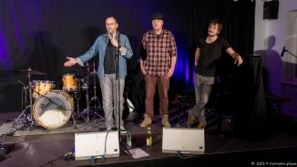 Die Macher des Munich Song Contests Alex Sebastian und Michael Bohlmann eröffnen den Abend und übergeben die weitere Moderation an Peter Fischer.
