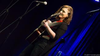 Nektar Sofia darf sich in die Reihe großer griechischer Songwriter einreihen. Sie singt allerdings auch in Deutsch und ohne Gitarre. Ein toller opener des 45. MuSoC.
