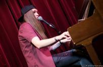 Die erste Zugabe der beiden Finalisten wurde von Mina gebracht. Sie ging kurzerhand ans Klavier um einen neuen Song zum besten zu geben.