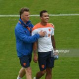 Netherlands' coach Louis van Gaal (L) shares a light moment with Netherlands' forward Memphis Depay during a training session at The Flamenco Football Stadium  in Rio de Janeiro on June 30, 2014, during the 2014 FIFA World Cup.   Dutch star Arjen Robben remained at the centre of a diving storm after the Netherlands' controversial 2-1 World Cup win over Mexico.    AFP PHOTO / YASUYOSHI CHIBA
