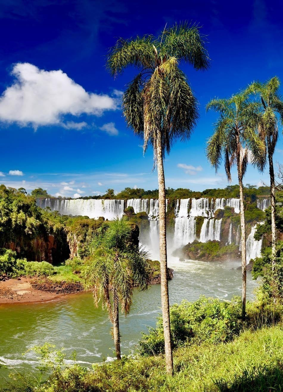 Iguassu Falls, the largest series of waterfalls of the world, located at the Brazilian and Argentinian border | Brazil Travel Guide