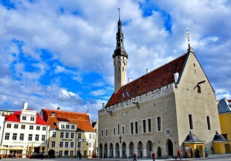 Beautiful Town Hall of Tallin, the only existing medieval building in Gothic style in the Northern Europe | What to Do in Tallinn in 3 Days