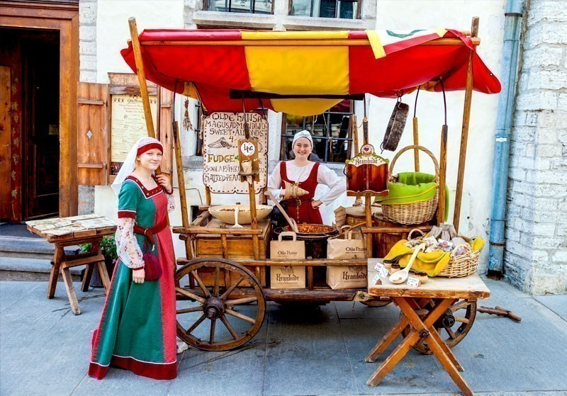 Girls in national medieval dresses selling nuts in the Historical Center of Tallinn, Estonia | What to Do in Tallinn in 3 Days