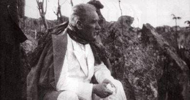 Atatürk'ün Fotoğrafı Önünde