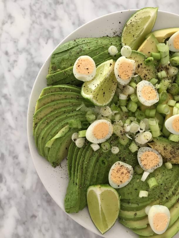 Super snelle avocado salade met kwarteleitjes