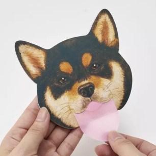 Felissimo貓部的旗下品牌新推出「柴犬萌臉吐舌吸油面紙」