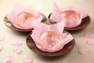 櫻花綻放於晶瑩透徹帶著淡粉色的果凍中❀ 菓子鋪榮太樓「櫻花綻放 櫻花果凍」