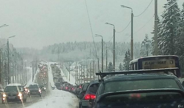 """Акция протеста """"дальнобойщиков"""" привела к пробкам. Фото: vk.com"""