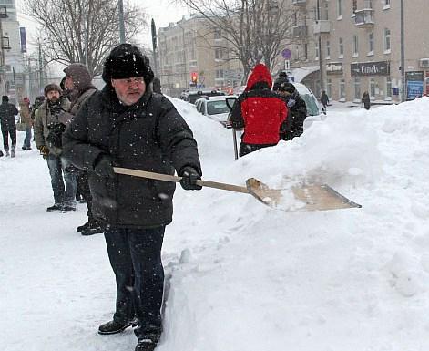 Карельские министры на уборке снега. Фото: gov.karelia.ru