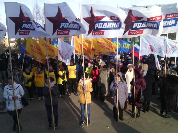 У Дворца творчества детей и юношества партии развернули свои знамена. Фото: Валерий Поташов