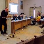 Глава Олонецкой районной администрации Сергей Прокопьев выступает на сессии райсовета. Фрагмент видео: mustoi.ru