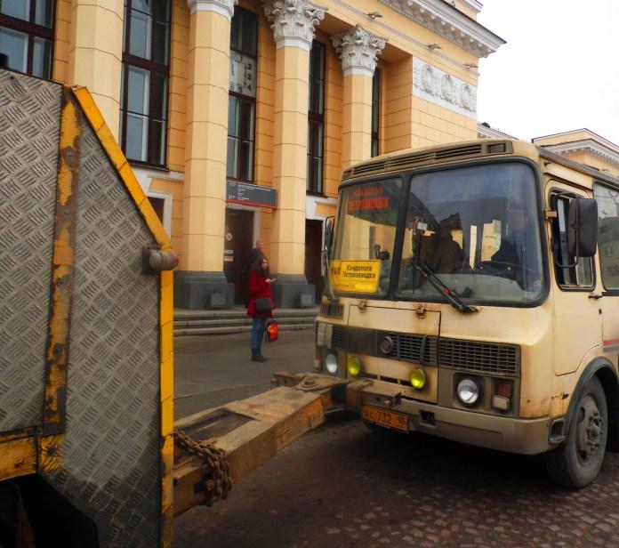 Принудительная эвакуация пассажирского автобуса у железнодорожного вокзала Петрозаводска. Фото: Алексей Владимиров