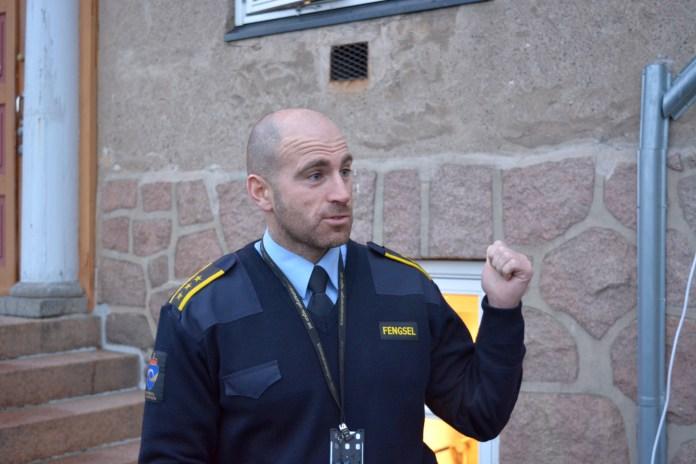 Инспектор Кристофер Маккейб проводит инструктаж. Фото: Алексей Владимиров
