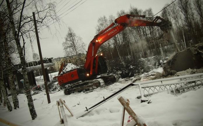 Полностью завершить снос старого моста предполагается к концу января 2017 года. Фото: Валерий Поташов