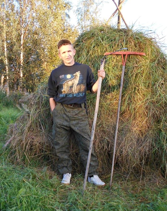 Автор материала тоже попробовал себя в роли фермера. Фото: Андрей Туоми