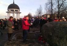 Акция на набережной Онежского озера в Петрозаводске в память о погибших в теракте в метро Санкт-Петербурга. Фото: Черника