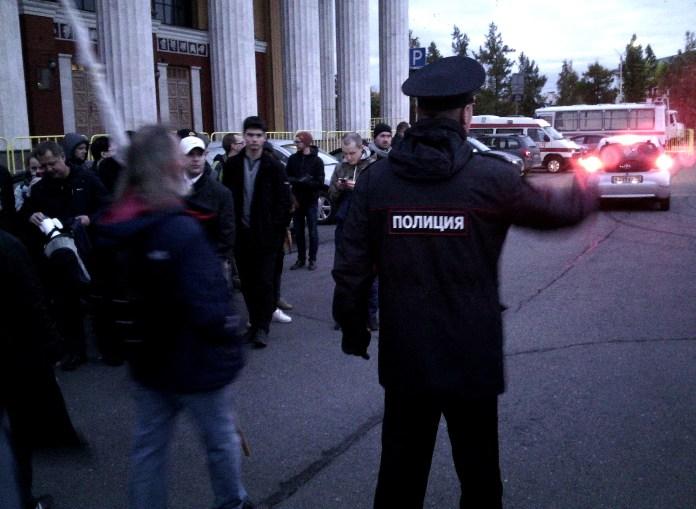 Замначальника УВД Петрозаводска Андрей Лебидка помогает парковаться автомобилям на территории