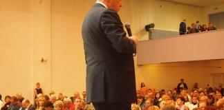 """Лидер """"Яблока"""" Григорий Явлинский на сцене Карельской госфилармонии. Фото: Валерий Поташов"""