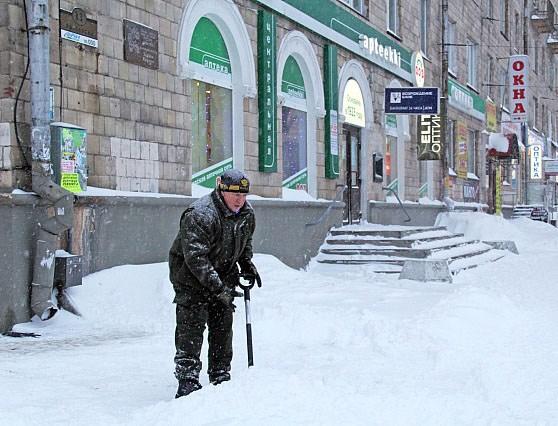 Бывший глава Карелии Александр Худилайнен в январе 2016 года вышел на улицы Петрозаводска с лопатой убирать снег, с которым не могли справиться коммунальные службы. Фото: gov.karelia.ru