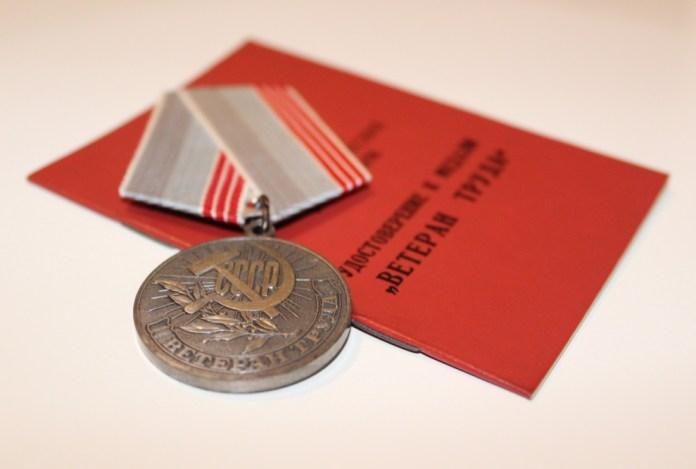 К званию ветерана труда прилагаются социальные льготы, но их стоимость с каждым годом обесценивается. Фото: Валерий Поташов