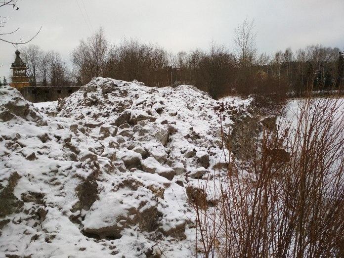 Грязный снег с улиц карельского города Лахденпохья оказался на берегу Ладожского озера. Фото: Надежда Короткевич