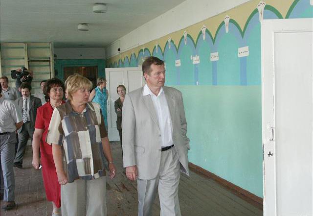 Экс-глава Карелии Сергей Катанандов осматривает шуйскую школу. Фото: gov.karelia.ru