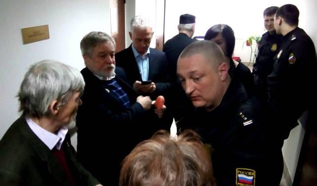 Судья Марина Носова попросила приставов не подпускать граждан к залу заседаний. Фото: Валерий Поташов