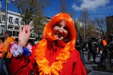 Doesn't she look lovely. Orange suits her so well.