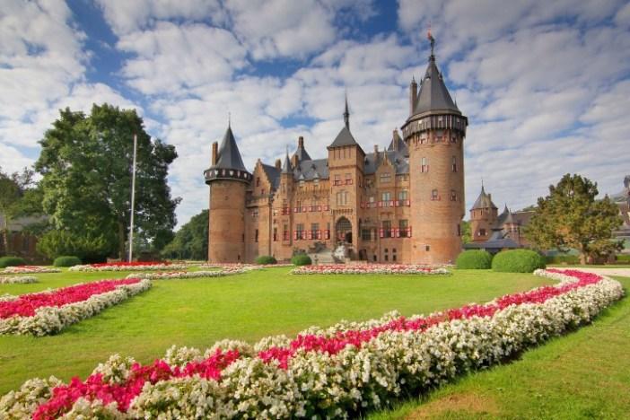 Castle De Haar grand cour in spring.