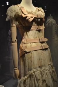 Abajo del vestido de Frida Kalho para mantener la postura
