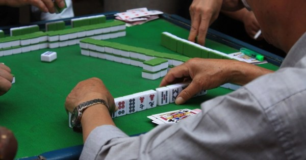 S'poreans Can Play Mahjong During CNY, Experts Say Must Keep Masks On & Sanitise After