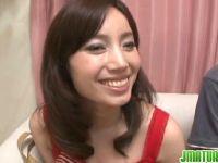 笑顔と美乳美ボディが素敵な人妻が罰ゲームでおまんこをハメられてるhitozuma69.net
