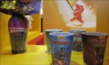 Na onda do filme A Era de Ultron, ovo dos Vingadores (Garoto) traz copos 3-D dos heróis.
