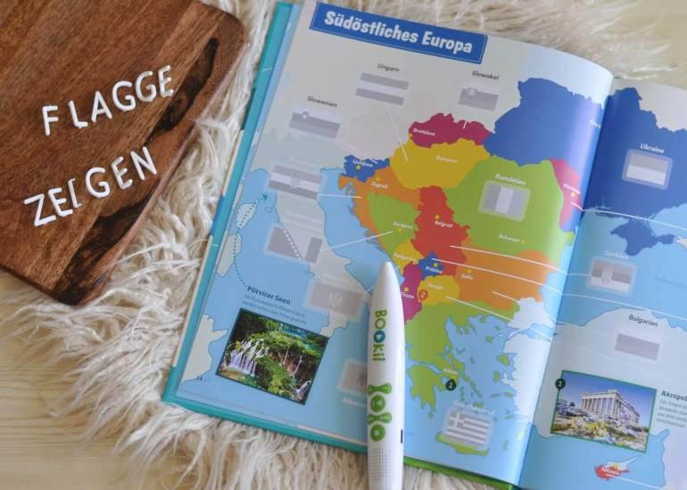 Über 250 vertonte Flaggen-Sticker zum Einkleben im Atlas machen nciht nur Spaß, Kids ab 8 Jahren erfahrne auch mehr über Bedeutung und Farben der Flaggen sowie Besonderheiten der Länder dieser Welt. Ein perfektes Wissenserlebnis für die Ferien. #flaggen #atlas #sachbuch #kinder #lesen #erde #erdkunde #bookii #hörstift