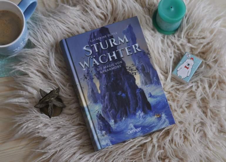 Sturmwächter 2 - Die Magie von Arranmore schmeckt salzig wie das Meer und bläst einem die Magie nur so um die Ohren.  Ein perfekter Schmöker für die düstere Jahreszeit um Weihnachten herum.  #lesen #buch #kinder #fantasy #irland #magie #kerzen #insel #zauberin #zombies #meerjungfau #meer