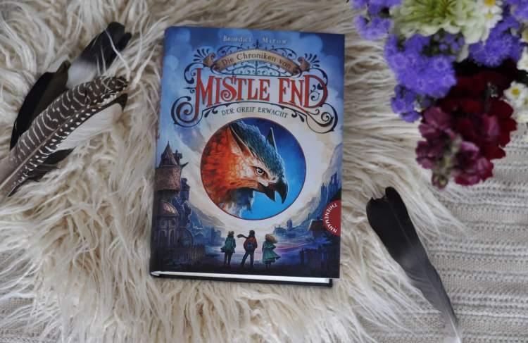 Als Cedrik mit seinem Vater nach Schottland ins verschneite Mistle End zieht, weiß er noch nicht, was ihn hier erwartet. Eine Stadt voller magischer Wesen wie Hexen, Gestaltenwandler, Trollen, Elben und Gnome erwartet ihn. Doch es wird noch unglaublicher. Als der magische Wächter von Mistle End eines Nachts bei Cedrik auftaucht und ihn zur Greifenprüfung herausfordert, offenbaren sich Cedriks eigene Kräfte. #mistleend #greif #fantasy #magie #druide #hexe #lesen #buch #chronik