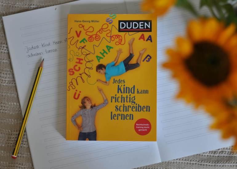 Mit diesem Buch werden Eltern in fünf Schritten zum Rechtschreibcoach. Hans-Georg Müller gibt Eltern 16 durchdachte Methoden an die Hand, mit denen sie mit ihren Kindern gemeinsam zu Hause üben und so Rechtschreibprobleme lösen können. #schreiben #lernen #rechtschreibung #training #ratgeber #übung #schule