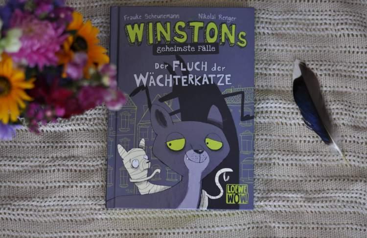 Alles beginnt damit, dass Kater Winston einem höchst verführerischen Mettbrötchen nicht widerstehen kann - und promt in einer Ausstellung über ägyptische Mumien gerät. Wie es der Zufall will, wird nur wenige Tage später eine wertvolle Totenmaske gestohlen, so dass Katzenmumie Miu Winston um Hilfe bittet. #katze #museum #winston #detektiv #lesen #kinderbuch #comic #lesemuffel #krimi #