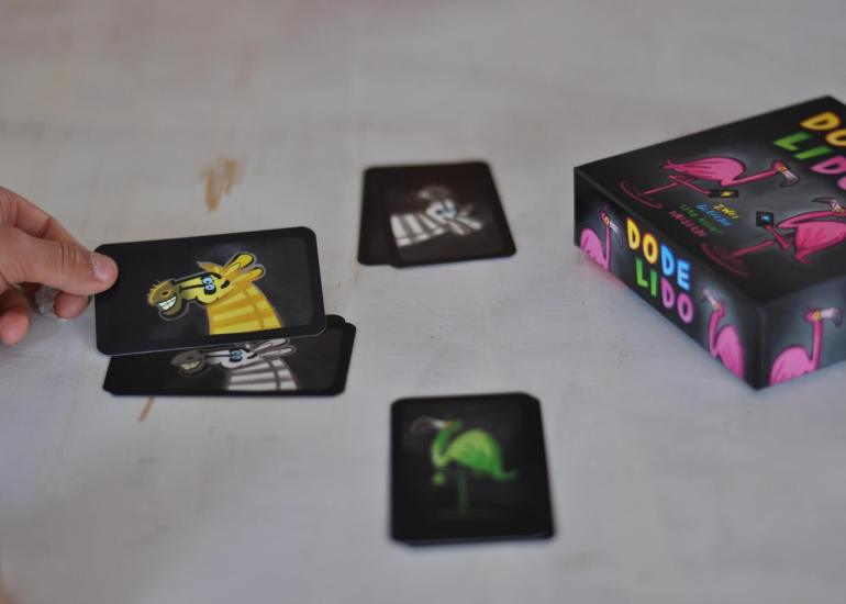 Wie wäre es mit einfachen Kartenspielen für die Kleinsten oder gleich die ganze Familie? Oder einem kuhlen Kuhkartenspiel, bei dem nicht nur die Packung vor Glück muht? Bei einem kooperativen Missionskartenspiel kommen Weltraumfans auf ihre Kosten, während man bei einem anderen eher flink Tiere und Farben in der Überzahl benennen muss.