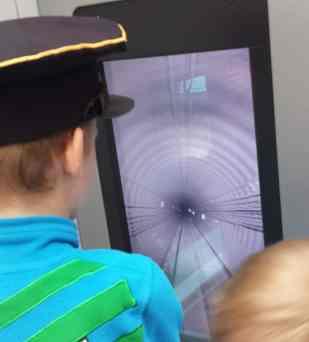 Kind als U-Bahn-Fahrer