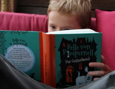 Kind liest Pelle von Pimpernell (KOSMOS Verlag)