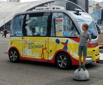 Paris mit Kind | Autonomer Minibus fahren in La Defence
