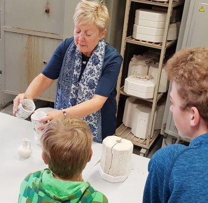 Delft mit Kind Delfter Keramik in der Manufaktur De Delftse Pauw