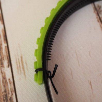 Lego Haarreif für Fasching: Bausteinklebeband fixieren
