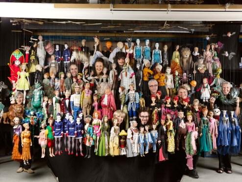 Backstage des Salzburger Marionettentheater. Gruppenbild - Puppenspieler mit Puppen. (c) Tourismus Salzburg GmbH