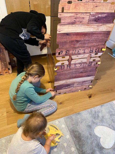 Fantasy Forts und vier Kinder sind beschäftigt